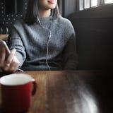 妇女听的音乐媒介娱乐放松概念 免版税库存照片