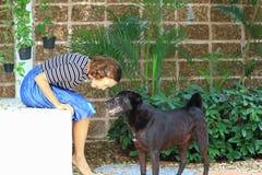 妇女和一条狗在庭院里 免版税库存照片