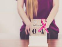 妇女和世界在日历的乳腺癌天 免版税库存图片