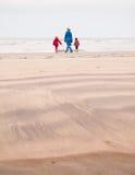 妇女和两个小孩子在冬天靠岸 库存图片