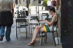 妇女和互联网 库存照片