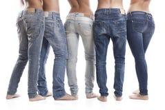 妇女和人佩带的蓝色牛仔裤特写镜头  库存照片