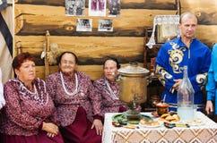 妇女和人全国衣裳的,在土气内部 免版税库存照片