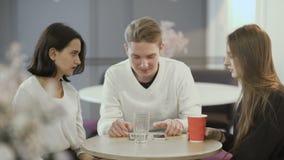 妇女和人在café坐在工作 股票视频