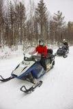 妇女和人处理的雪上电车在拉普兰的Ruka 免版税库存照片