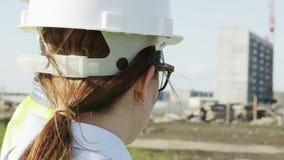 妇女和人是项目的总工程师在绿色背心的 股票视频