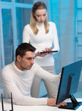 妇女和人有计算机的在实验室里 免版税库存图片