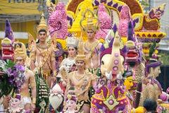 妇女和人每年花节日的游行 免版税库存照片