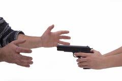 妇女和人的手有手枪的 库存照片