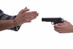 妇女和人的手有枪和手铐的 图库摄影