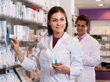 妇女和人药剂师在药店 免版税图库摄影
