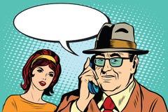 妇女和人谈话在电话 皇族释放例证