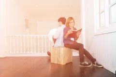 妇女和人阅读书 免版税库存图片