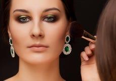 妇女和化妆师画象有构成的 免版税库存照片