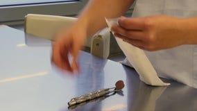 妇女和医疗仪器的手 影视素材