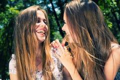 妇女和十几岁的女孩笑 免版税库存照片