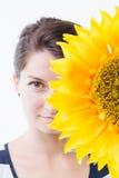 妇女和向日葵 免版税库存照片