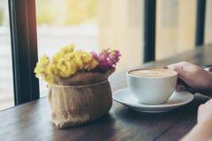 妇女和咖啡 库存照片