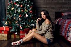 妇女和圣诞树 免版税库存图片
