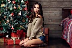 妇女和圣诞树 库存照片