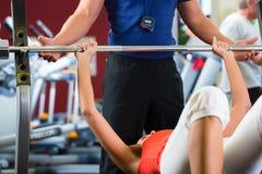 妇女和在健身房的私有培训人 库存图片