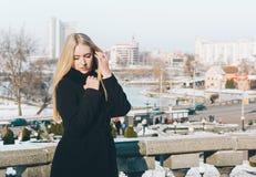 妇女和城市 免版税图库摄影