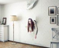 妇女和墙壁 免版税库存照片