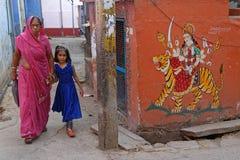 妇女和女儿和一只被绘的老虎在Bundi 免版税库存照片