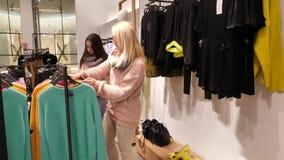 妇女和女儿选择在购物中心的衣裳 影视素材