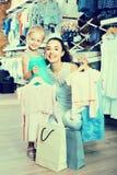 妇女和女孩购物画象哄骗在衣裳sto的服装 库存图片