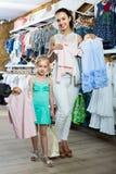 妇女和女孩购物画象哄骗在衣裳sto的服装 库存照片