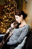 妇女和她的狗 免版税库存图片