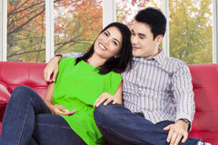 妇女和她的男孩坐沙发 免版税库存图片