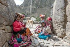 妇女和孩子传统秘鲁衣裳的在Ollantayta 图库摄影