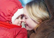 妇女和孩子在冬天 免版税图库摄影