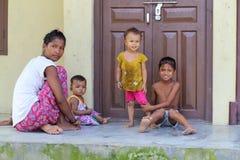 妇女和孩子在原始的Tanu家庭,尼泊尔的村庄在chitwan的 免版税库存照片