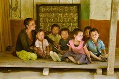 妇女和孩子在尼泊尔 免版税库存图片