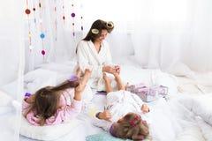 妇女和孩子在床上 库存照片