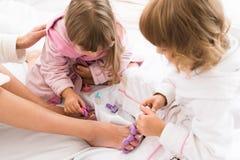 妇女和孩子在床上 免版税图库摄影