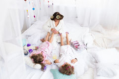 妇女和孩子在床上 免版税库存图片