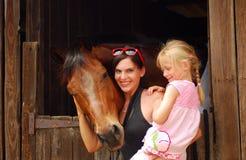 妇女和孩子有马的 免版税库存图片
