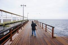 妇女和孩子码头的 库存图片