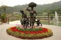 妇女和孩子雕象10月东部主题乐园的 库存图片