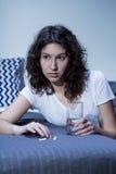 妇女和安眠药 免版税库存图片
