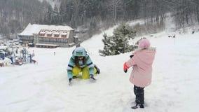 妇女和小女孩投掷的雪 股票录像