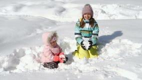妇女和小女孩投掷的雪 影视素材