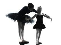 妇女和小女孩芭蕾舞女演员跳芭蕾舞者跳舞silhouett 免版税库存图片