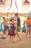 妇女和小女孩跳舞 库存图片