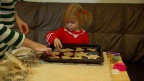 妇女和小孩女孩姜饼为家庭圣诞前夕晚餐做准备 股票录像