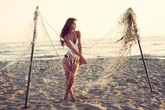 妇女和捕鱼网 图库摄影